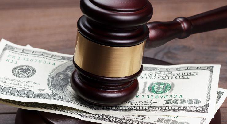 Mazo de un juez sobre dinero